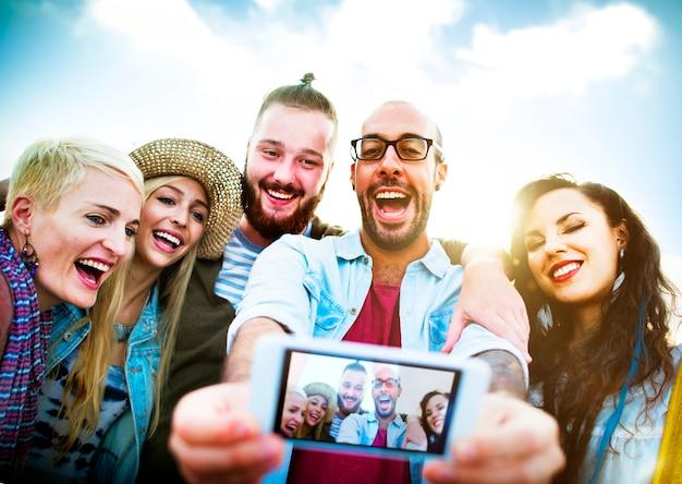 Diverse mensen beach summer friends fun selfie concept