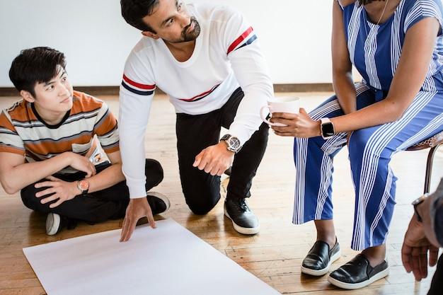 Diverse mensen brainstormen in een workshop