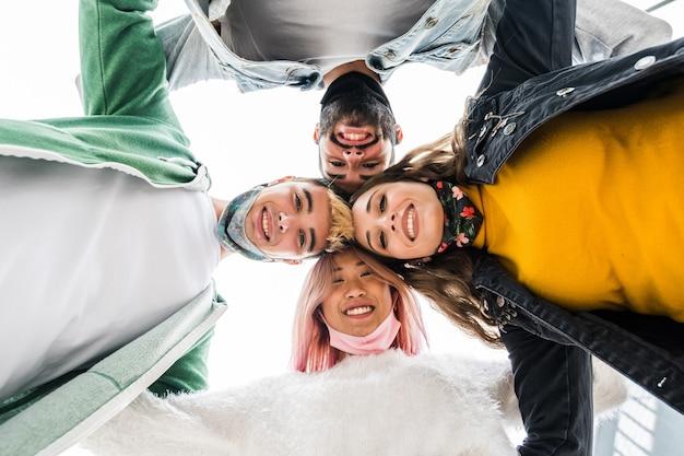 Diverse mensen die een gezichtsmasker dragen die een selfie nemen