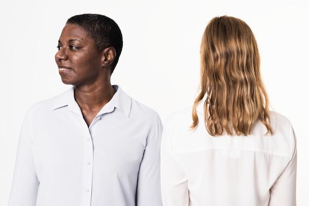 Diverse mensen die eenvoudige shirts met lange mouwen dragen voor kledingadvertenties