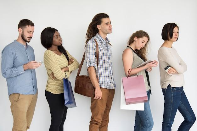 Diverse mensen die in lijnstudio een rij vormen