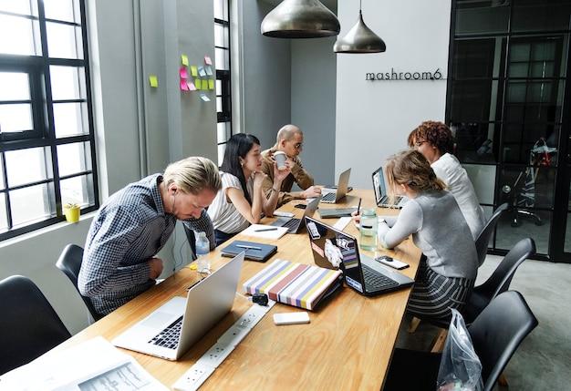 Diverse mensen die op een kantoor werken