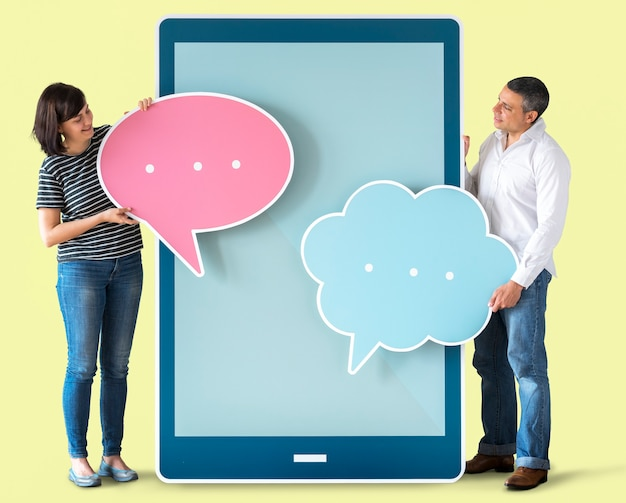 Diverse mensen die tekstballonnen en tablet