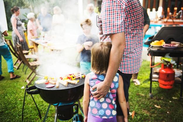 Diverse mensen genieten van barbecue-feest samen