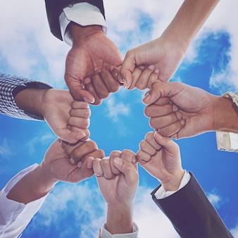 Diverse mensen handen vuisten samen partnerschap