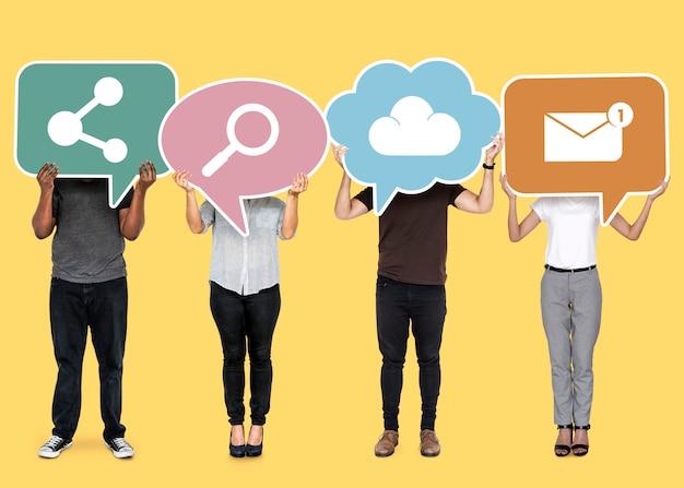 Diverse mensen houden cloud netwerksymbolen