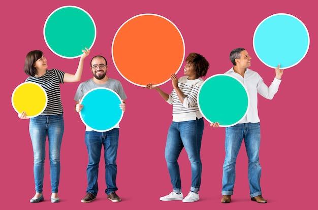 Diverse mensen houden van kleurrijke cirkels