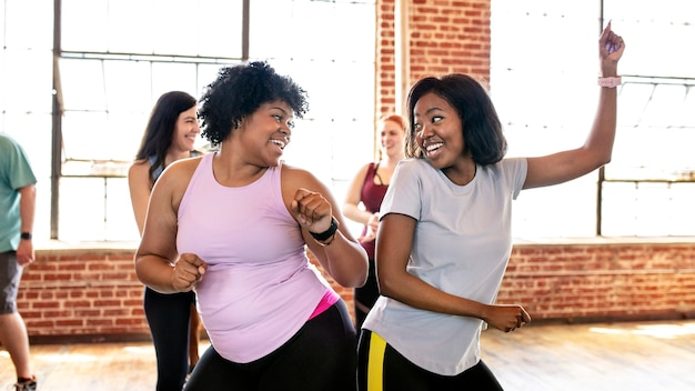 Diverse mensen in een actieve dansles