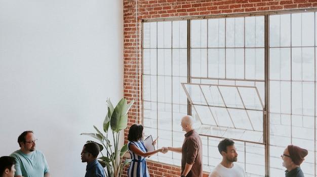 Diverse mensen in een zakelijke bijeenkomst