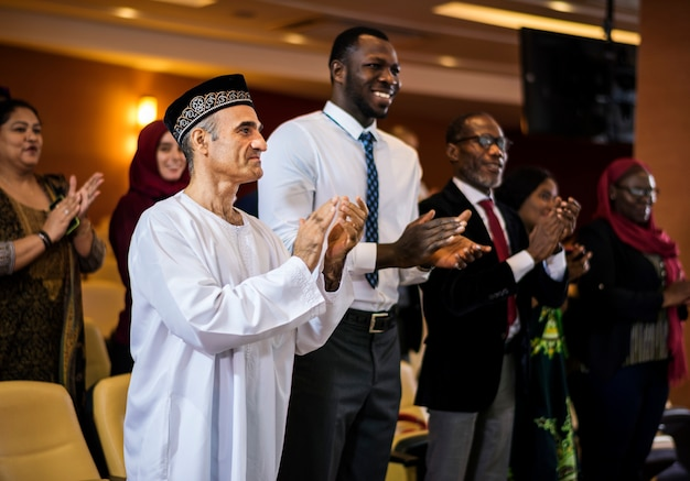 Diverse mensen klappen handen conferentie