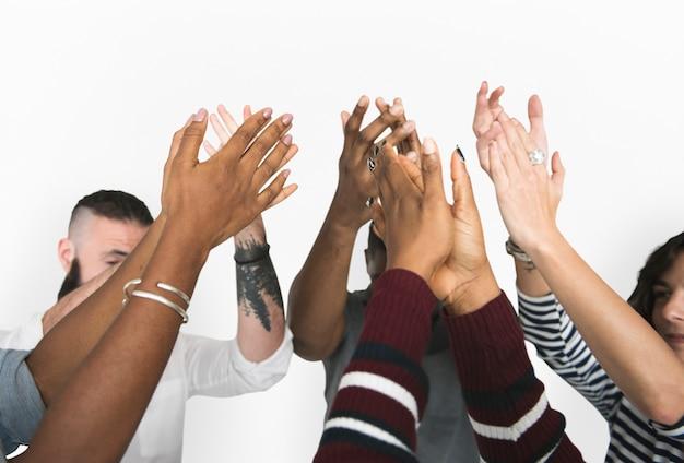 Diverse mensen klappen in hand vriendschap