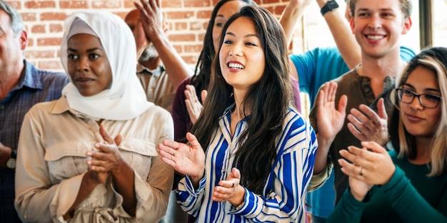 Diverse mensen klappen na een sessie