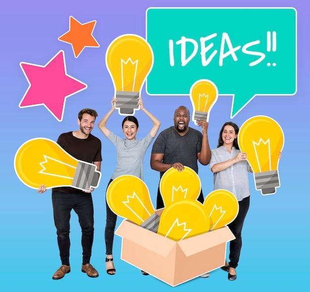 Diverse mensen met gloeilampen van creatieve ideeën