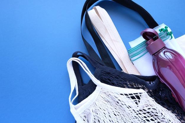 Diverse milieuvriendelijke verpakkingen op een donkerblauwe achtergrond.