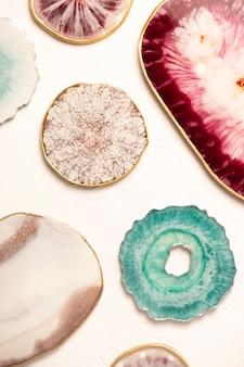 Diverse mooie epoxyhars producten als bekers en onderzetters. bovenaanzicht, plat gelegd