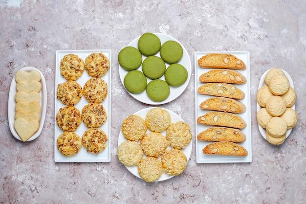 Diverse notenkoekjes walnootkoekjes, pindakoekjes, amandelkoekjes en matchakoekjes, bovenaanzicht