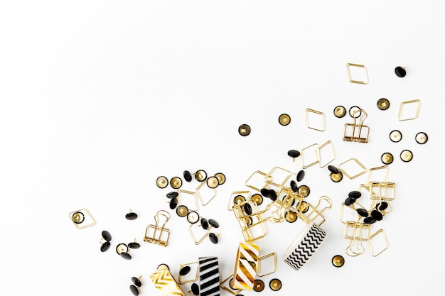 Diverse paperclips en pushpins op witte achtergrond.