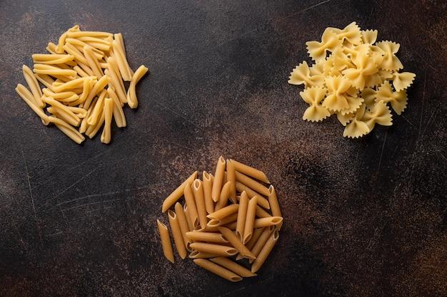 Diverse pasta op een donkere achtergrond