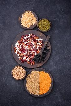 Diverse peulvruchten. linzen, verschillende bonen, gedroogde erwten, kikkererwten en groene bonen