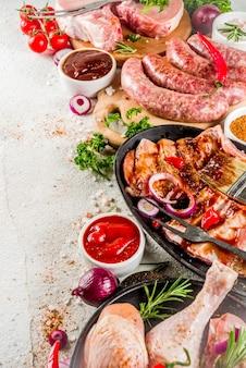Diverse rauw vlees klaar voor grill en bbq