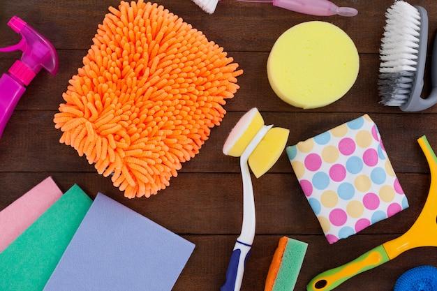Diverse reinigingsapparatuur gerangschikt op houten vloer