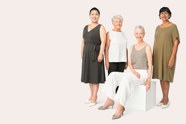 Diverse rijpe vrouwen in vrijetijdskleding studio portret full body