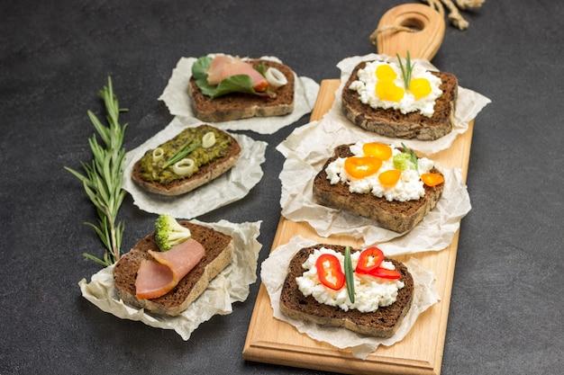 Diverse sandwiches voor ontbijt en voorgerechten aan boord en op tafel.