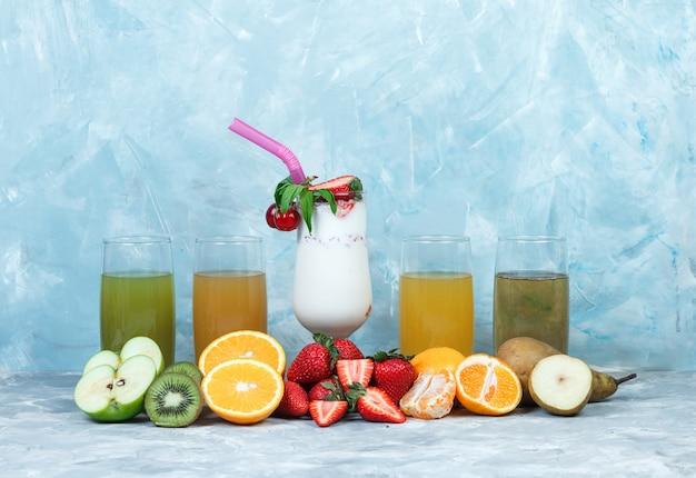 Diverse sappen met milkshake en fruit