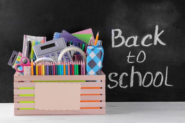 Diverse schoolbenodigdheden op een schoolbord