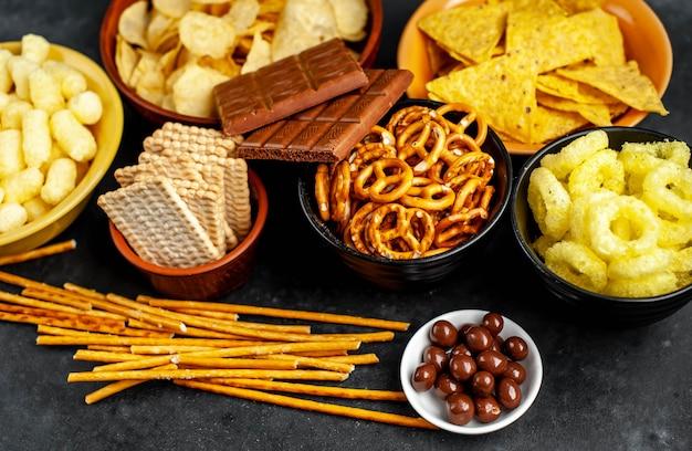 Diverse snacks en chocolade op een zwarte tafel