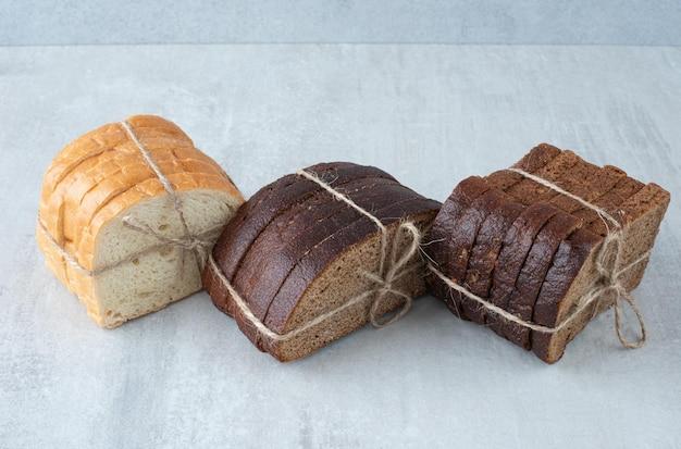 Diverse sneetjes brood vastgebonden met touw.