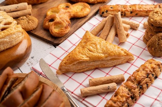 Diverse soorten brood op rode witte doek.