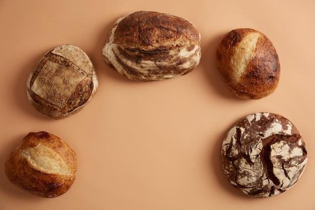 Diverse soorten brood rijk aan vezelvitaminen, mineralen op basis van natuurlijke fermenten en biologisch meel. gekiemd tarwe- of zuurdesembrood dat de verteerbaarheid bevordert en de beschikbaarheid van voedingsstoffen verbetert