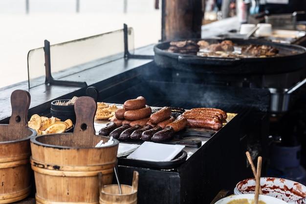Diverse soorten gebakken en gegrild vlees en kaas geserveerd in een traditioneel restaurant direct uit de hete pannen.