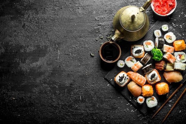 Diverse soorten japanse sushirolletjes met gember en sojasaus.
