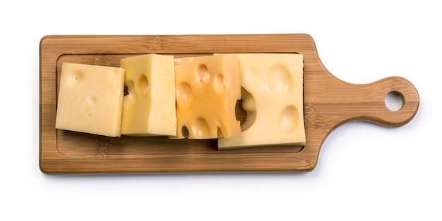 Diverse soorten kaas op een houten bord geïsoleerd