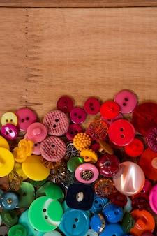 Diverse soorten knoppen op een tafel