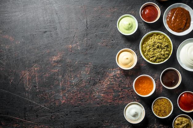Diverse soorten sauzen. op donkere rustieke tafel