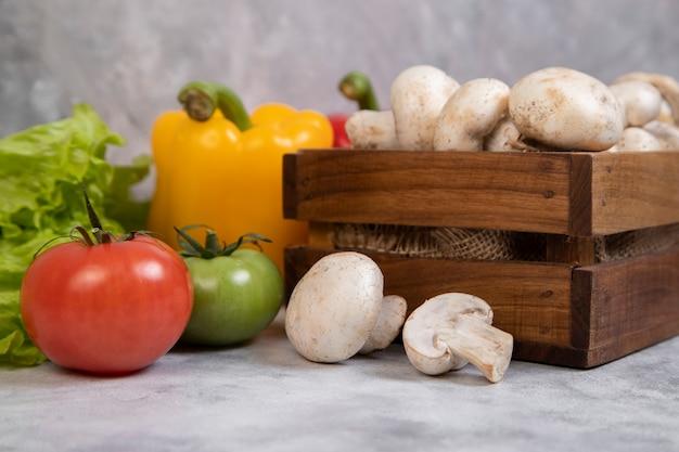 Diverse soorten verse gezonde groenten die op steen worden geplaatst
