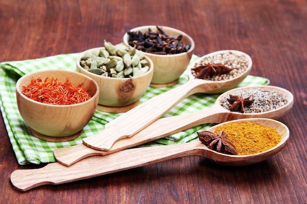 Diverse specerijen en kruiden op houten achtergrond