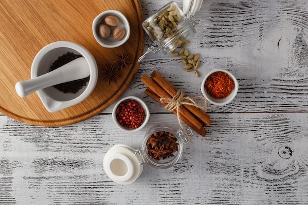 Diverse specerijen en kruiden op wit