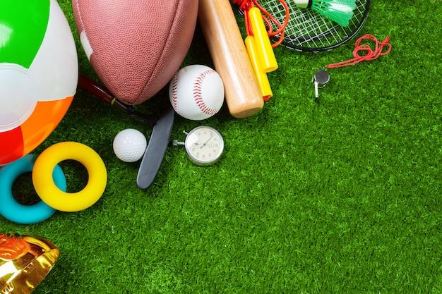Diverse sport tools op gras