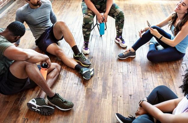 Diverse sportieve mensen die uitrusten na een zware training