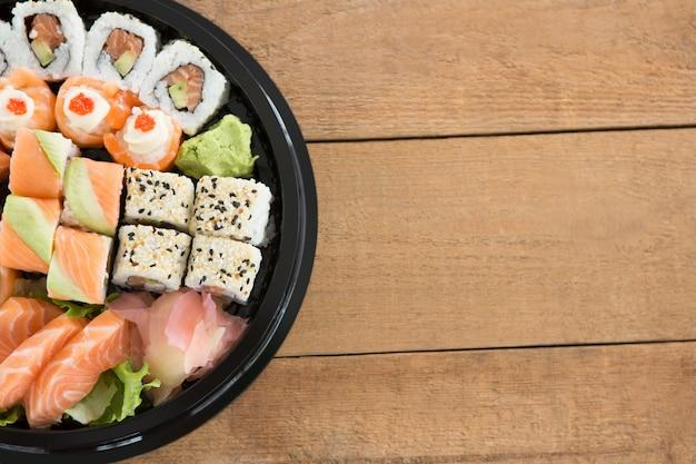 Diverse sushi rolt in schotel