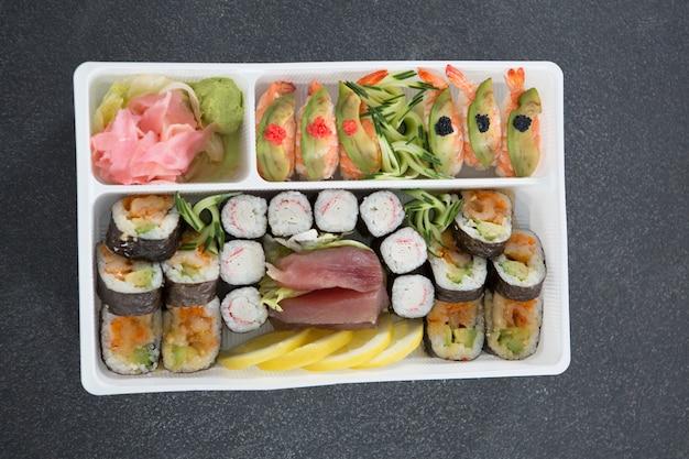 Diverse sushi rolt met garnalen