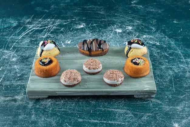 Diverse taarten op een bord, op de blauwe achtergrond. hoge kwaliteit foto