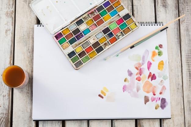 Diverse tekeningsapparatuur op houten oppervlak