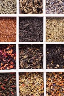 Diverse thee in een houten kist close-up