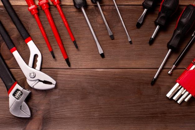 Diverse timmerwerk, reparatie tools, kladblok op hout