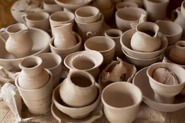 Diverse vazen aardewerk binnenshuis werkplaats